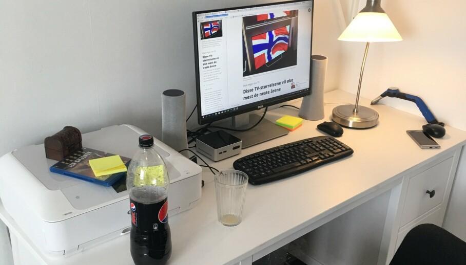 HJEMMEKONTOR: Ikke alle har et skrivebord å sitte ved, men hvordan skal egentlig reglene for hjemmekontor være? Foto: Bjørn Eirik Loftås