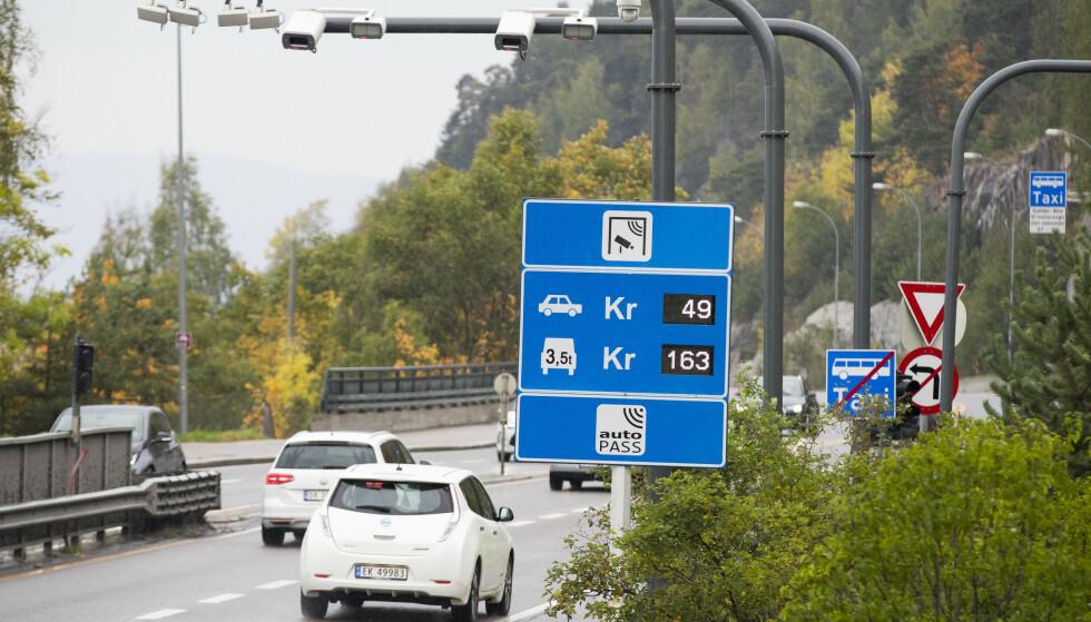 DOBBELT SÅ DYRT: Fossildrenee biler betaler allerede langt mer i bomringen i rushtida enn de 49 kronene de måtte ut med i 2017. Nå blir det elbilistene (som Nissan Leaf nærmest i bildet) som plutselig må betale dobbelt så mye som tidligere i rushtida. Foto: Heiko Junge / NTB scanpix