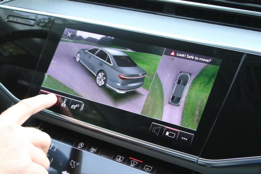 DISTRAKSJON: Felles for alle skjermer i midtkonsollen, er at du må ta blikket bort fra veien for å bruke dem. Det kan føre til farlige situasjoner. Illustrasjonsfoto: Rune Korsvoll