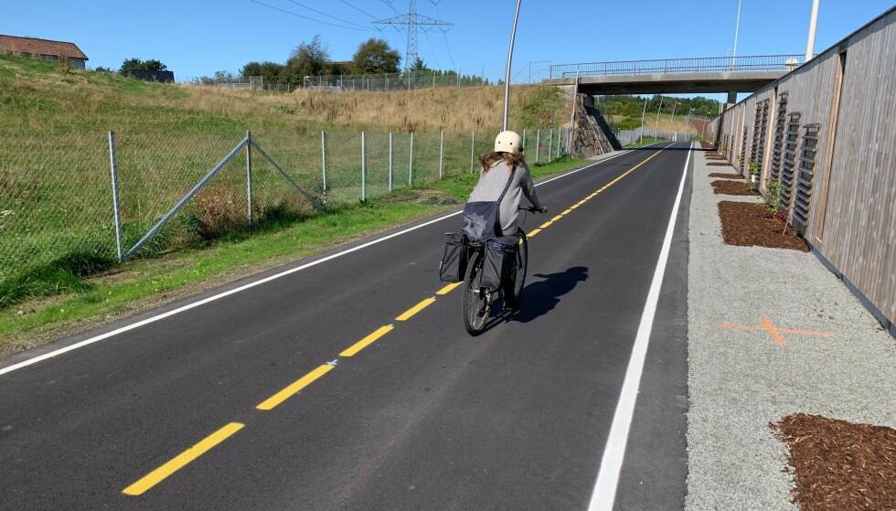 GOD PLASS: Her ser du tydelig at sykkelmotorveien er bred nok til at to syklister kan passere hverandre uten å bruke motgående sykkelfelt. Foto: Eilin Lindvoll