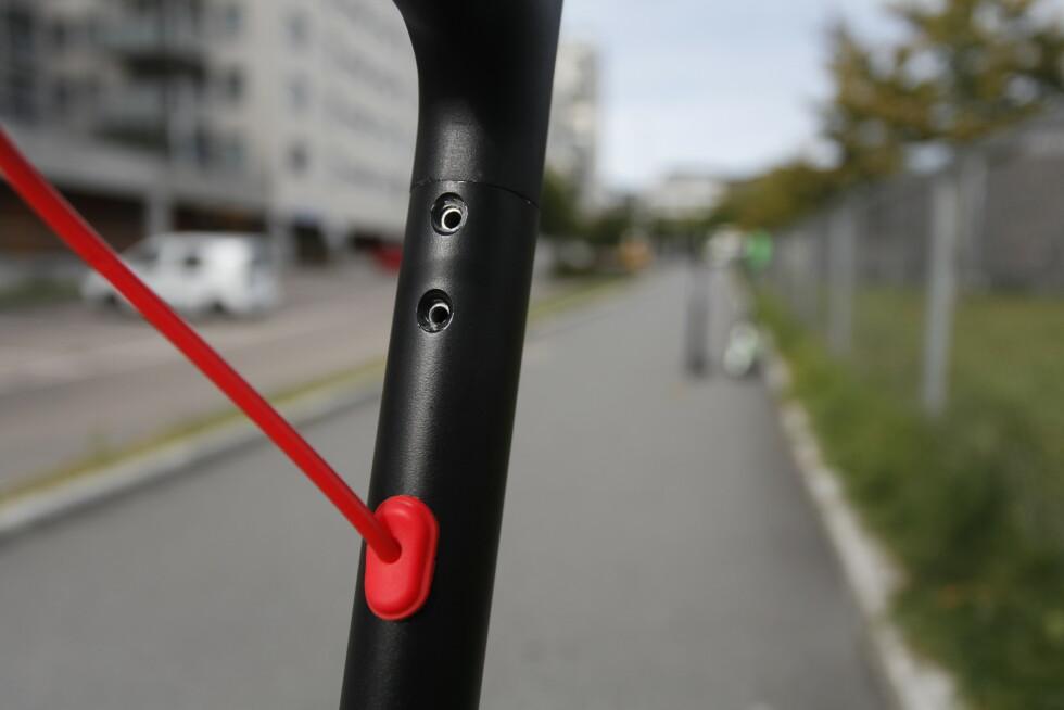 LØSNET: Her skruene, som holder styret på plass, løsnet. Foto: Øystein B. Fossum