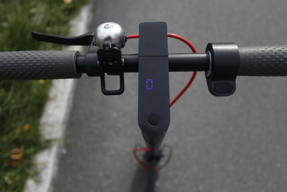 ÉN KNAPP: Hold inne for å skru på, trykk én gang for å gire, to ganger for å skru på/av lysa og tre ganger for å endre fartsenhet (miles/km). Foto: Øystein B. Fossum