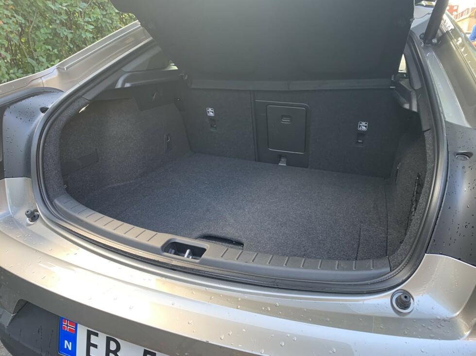 GREI PLASS: Det er plass til 405 liter i bagasjerommet på Polestar 2. Foto: Øystein B. Fossum