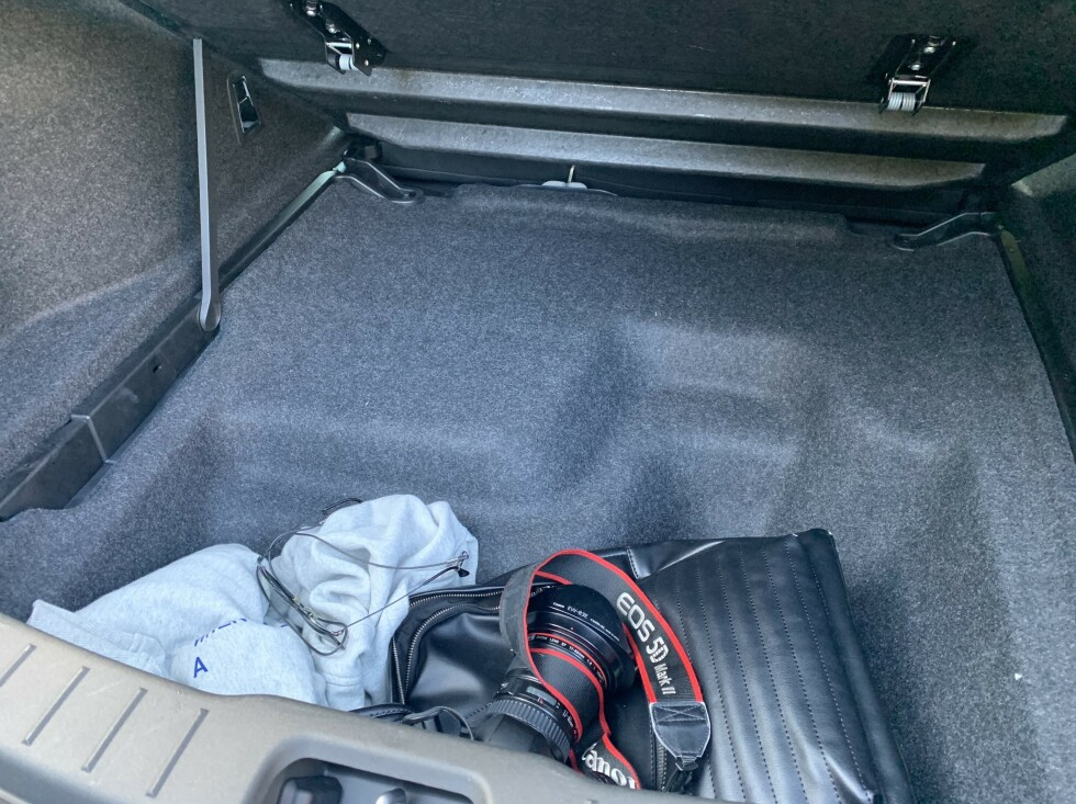 SKJULT ROM: Under gulvet er det plass til enda noen poser og bager. Foto: Øystein B. Fossum