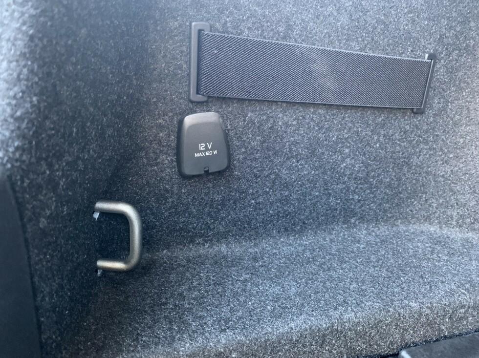 SMARTE LØSNINGER: Det er mye Volvo over løsningene for å feste bagasjen baki Polestar 2. Foto: Øystein B. Fossum
