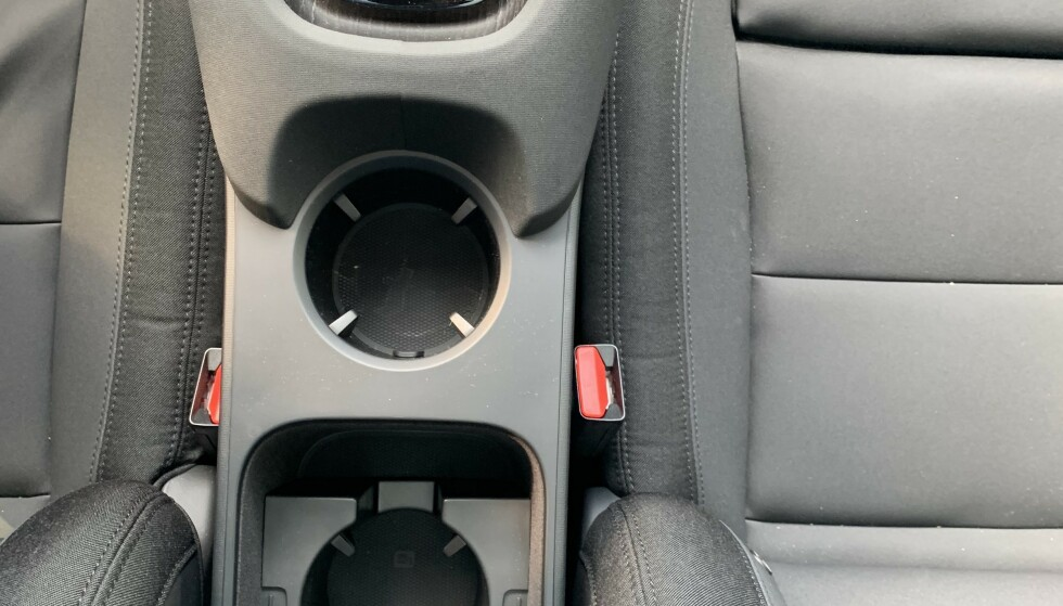 <strong>INTERIØR:</strong> Med batteriet lagt inn i sentrum av bilen blir det lite plass i midtkonsollen, som i seg selv ser veldig stor ut. Foto: Øystein B. Fossum