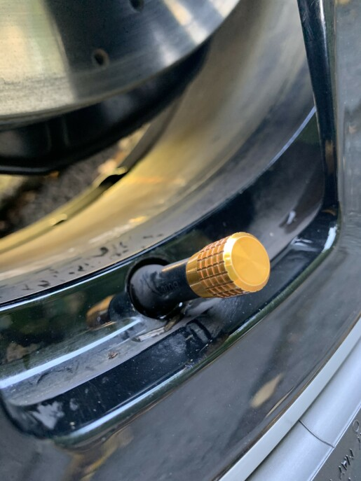 PERFORMANCE-DETALJER: Gulldetaljer på ventilhettene er også stilig. Foto: Øystein B. Fossum
