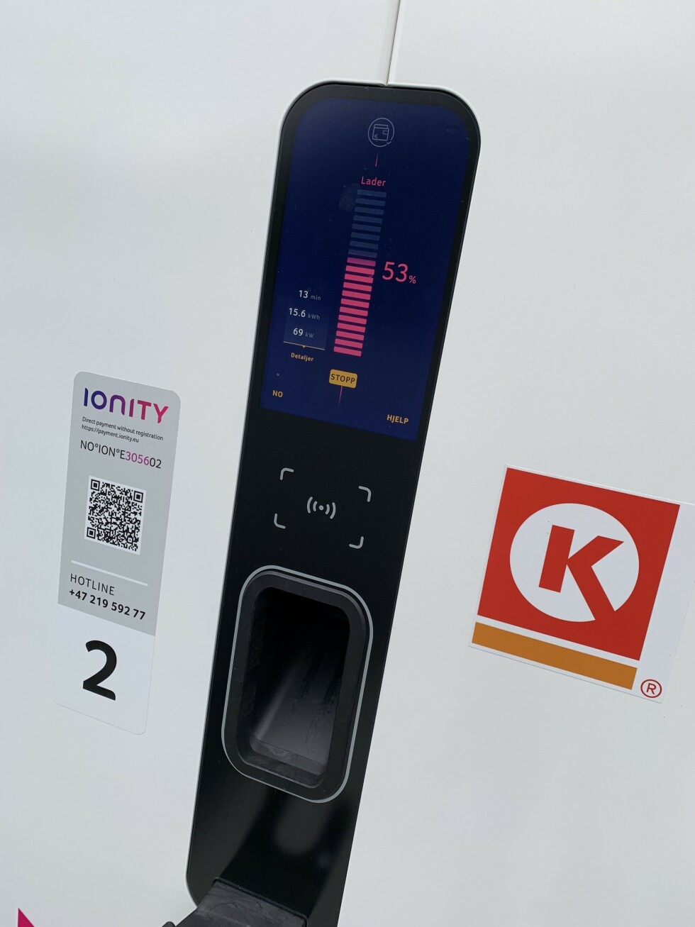 <strong>SKAL TA MER:</strong> Vi fikk ikke mer enn rundt 70 kW da vi skulle hurtiglade ved Ionitys lader på Cirkle K Øyer, men bilen skal kunne ta imot 150 kW. Foto: Øystein B. Fossum
