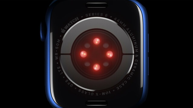 BARE I SERIES 6: Den nye sensoren sender ut grønne, røde og infrarøde lys mot huden din og måler mengden lys som reflekteres tilbake fra blodet. Foto: Apple