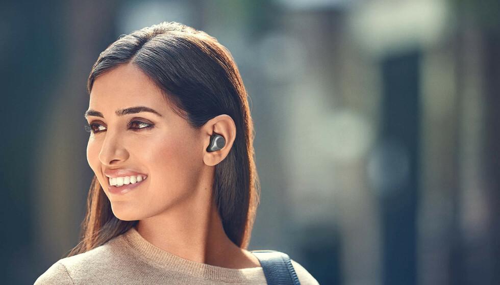 Elite 85t har et semi-åpent design, og gummituppene stikker derfor ikke like langt inn i øret som 75t-modellene. Foto: Jabra