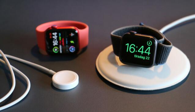 UTEN STRØMADAPTER: Apple har sluttet å levere strømadaptere med i esken på årets Apple Watch. Nå får du kun den trådløse ladekabelen. Foto: Kirsti Østvang