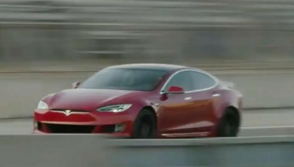 VERDENS RÅESTE: Allerede i dag går Tesla Model S Plaid bare tideler saktere rundt racerbanen Laguna Seca i California, enn Porsche GT2 RS som har banerekorden i dag. Musk mener de skal få ned tiden ytterligere tre sekunder. Screenshot: Tesla Video