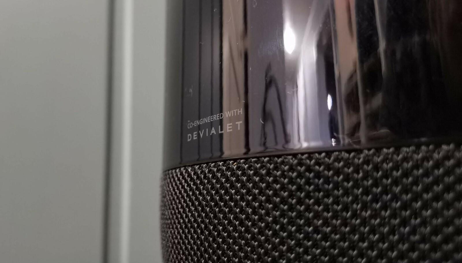 <strong>DISKRET:</strong> Dette lille merket på baksiden er det eneste som viser at det er franske Devialet som står bak lydteknologien i Sound X. Foto: Pål Joakim Pollen