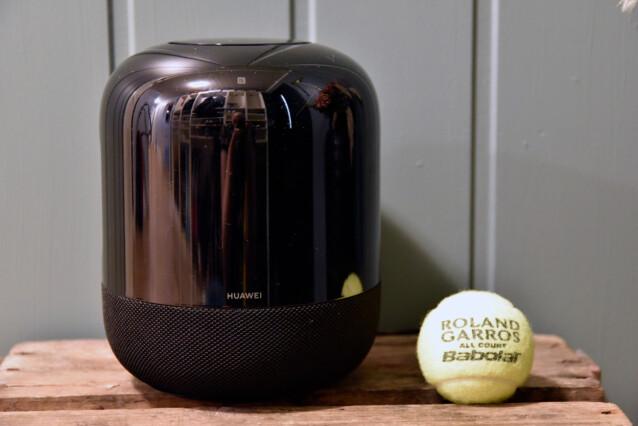 IKKE STOR: Hvis tennisballer er en kjent størrelse for deg, er dette bildet en grei illustrasjon på hvor kompakt Sound X er. Foto: Pål Joakim Pollen