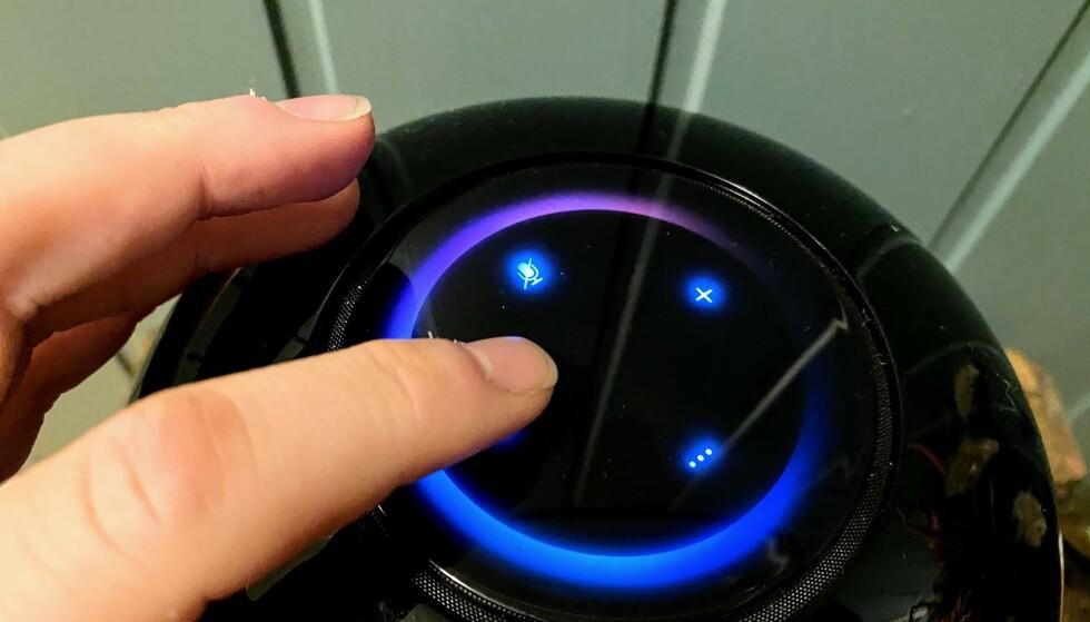 BETJENING: Foruten å øke og senke volumet og «mute» lyden, er det ikke stort du får gjort fra toppanelet på Sound X. Foto: Pål Joakim Pollen