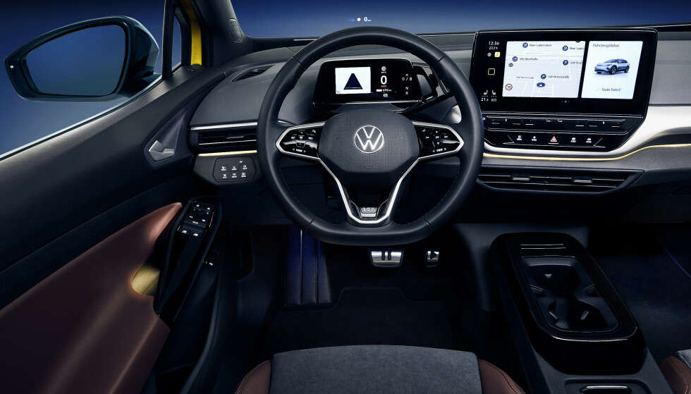 TRE SKJERMER: I tillegg til det lille instrumentpanelet og den store skjermen i midten, får man en avansert Head up-løsning. Foto: VW