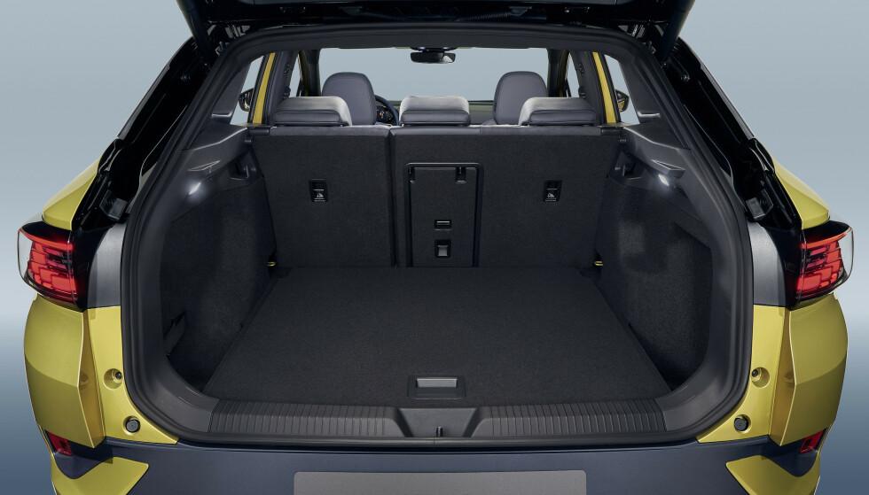 <strong>STORT:</strong> Det er 543 liters bagasjerom og man har skiluke. Introduksjonsmodellene har tilhengerfeste som standardutststyr. Foto: VW