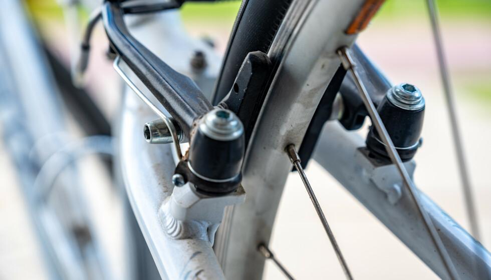<strong>SJEKK BREMSENE:</strong> Har du hatt sykkelen stående usett i bakgårdene eller i byen over tid, bør du kontrollere at hjul og bremser fungerer som de skal. Det går nemlig folk rundt og saboterer sykler. Foto: Shutterstock/NTB Scanpix