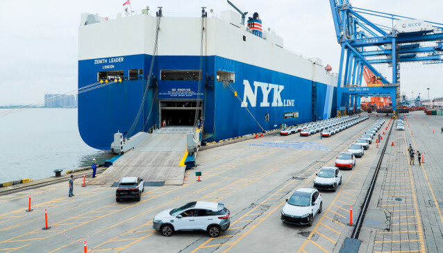 <strong>LASTES FOR NORGE:</strong> 100 eksemplarer av Xpeng G3 på vei inn i skipet, som etterhvert setter kursen for Norge. Foto: Xpeng