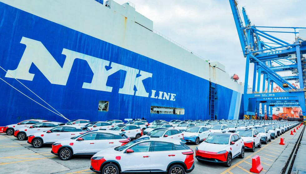 <strong>RØDT-HVITT-BLÅTT:</strong> Bilene og kaia ble farget i norske farger, i anledning eksporten. Foto: Xpeng
