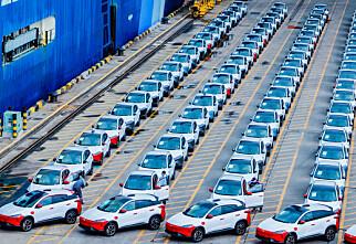 Her lastes de kinesiske bilene før Norge