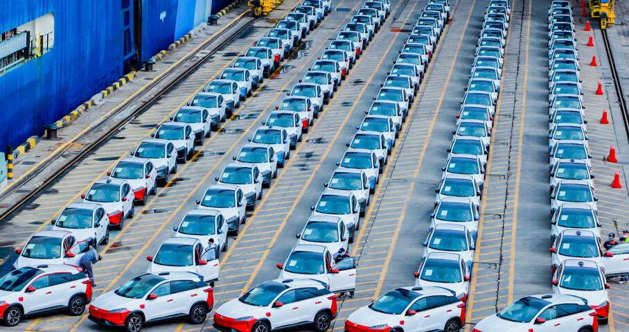 KLARE FOR NORGE: 100 eksemplarer av den kinesiske elbilen Xpeng G3 står klare for å lastes på bilfrakteren Zenith Leader i Hong Kong, og er snart på vei til Norge. Foto: Xpeng