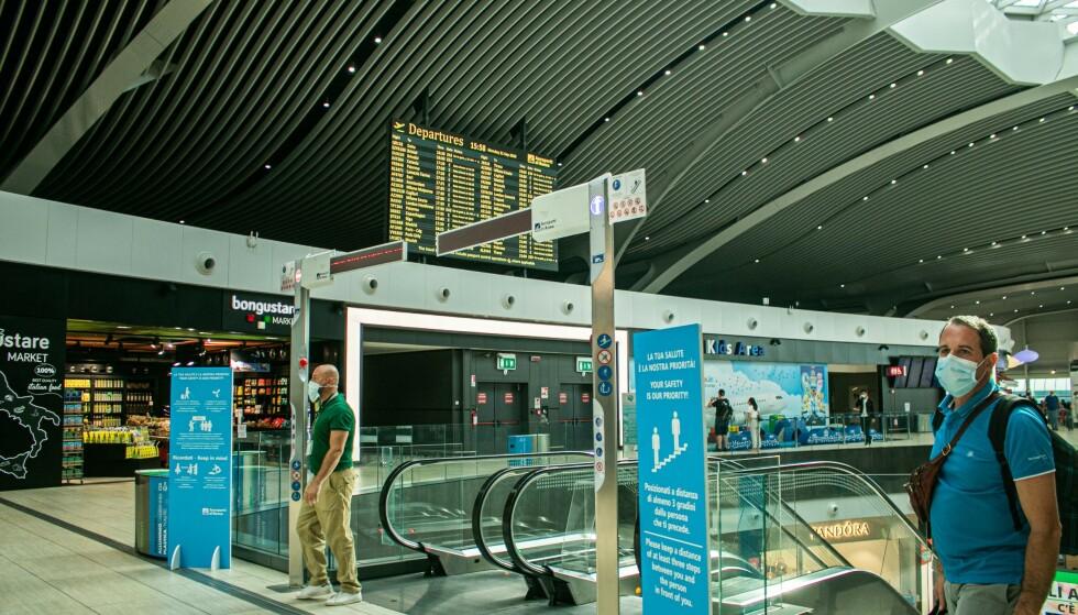 BEST I EUROPA: Roma Fiumicino er foreløpig eneste flyplass som er belønnet med fem stjerner i Skytrax-kåringen for flyplassenes corona-tiltak - som er det beste man kan få. Påbudt munnbind og tydelig og enkel informasjon er noe av det flyplassen vinner på. Foto: NTB scanpix