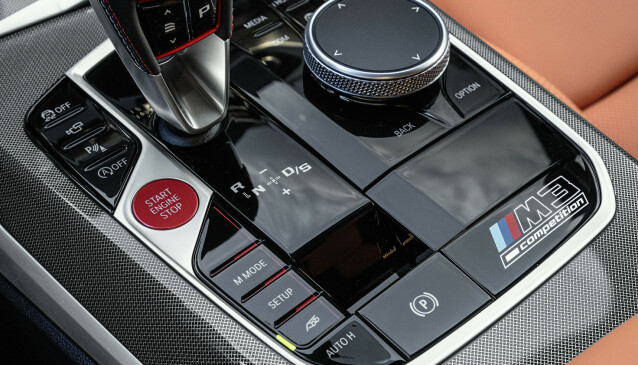 SPESIELT FOR M. M-modellene har egen girspak med fem innstillinger for hurtighet og egne hurtigknapper for kjøreprogrammene. Foto: BMW