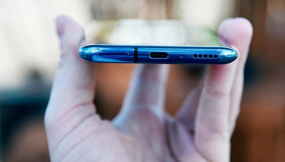 HURTIGLADING: Neste måned kommer OnePlus' nye toppmodell, OnePlus 8T. Den får den raskeste ladingen på det norske markedet til nå (avbildet: OnePlus 7 Pro). Foto: Pål Joakim Pollen