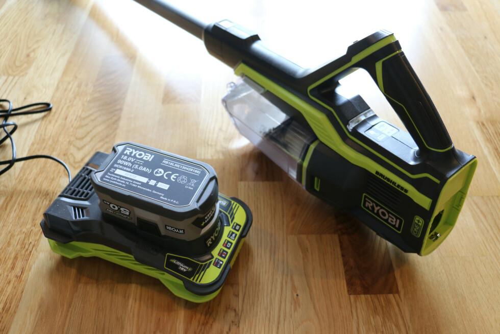 Du er nødt til å kjøpe både batteri og lader ved siden av. Litt avhengig av hva du kjøper, kan dette fort komme opp i mellom 1000-2000 kroner ekstra.