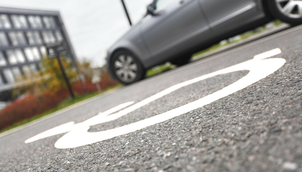 PASS PÅ: Har du parkert ulovlig på handikapplass, får du en saftig bot på 900 kroner. I tillegg kan bilen din taues, uten at du blir konfrontert først. Foto: Øystein B. Fossum
