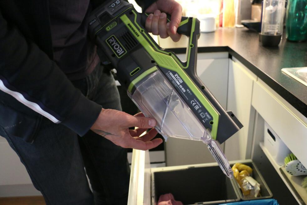 Støvbeholderen er for så vidt enkel å tømme. Som Dysons V11-støvsuger drar du i en spak for å åpne et lokk i bunnen.