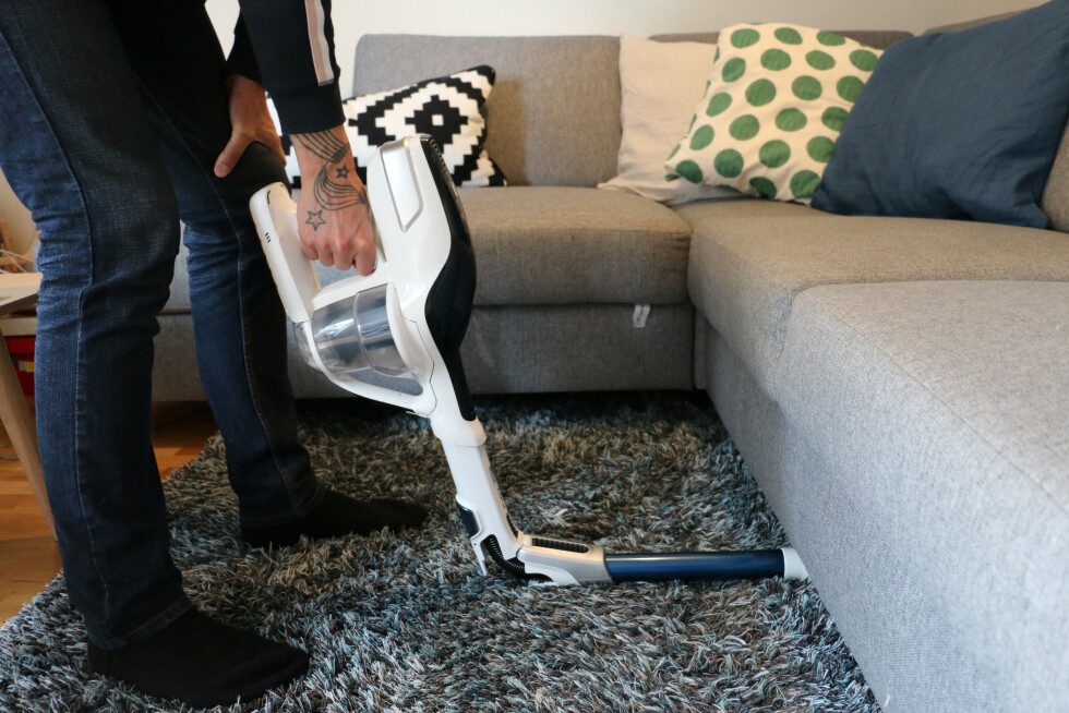 Se å smart! En støvsuger med bøyelig skaft som går helt uten sofaen.