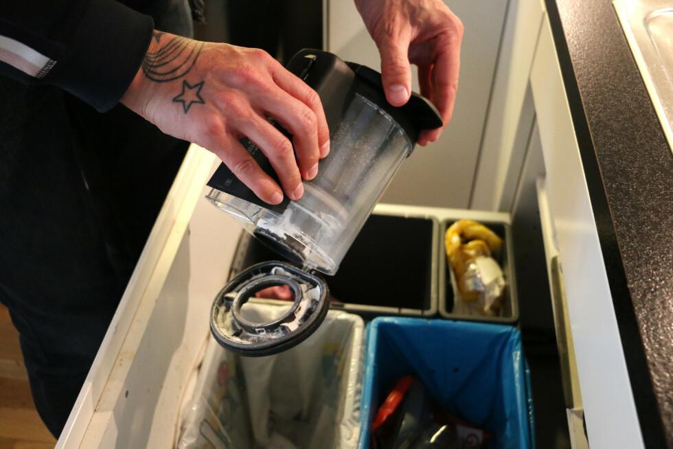 Støvbeholderen er relativt enkel å tømme. Du vrir på lokket, så tar du den av hovedenheten. Så vrir du enda litt for at lokket i bunnen skal åpnes for tømming.