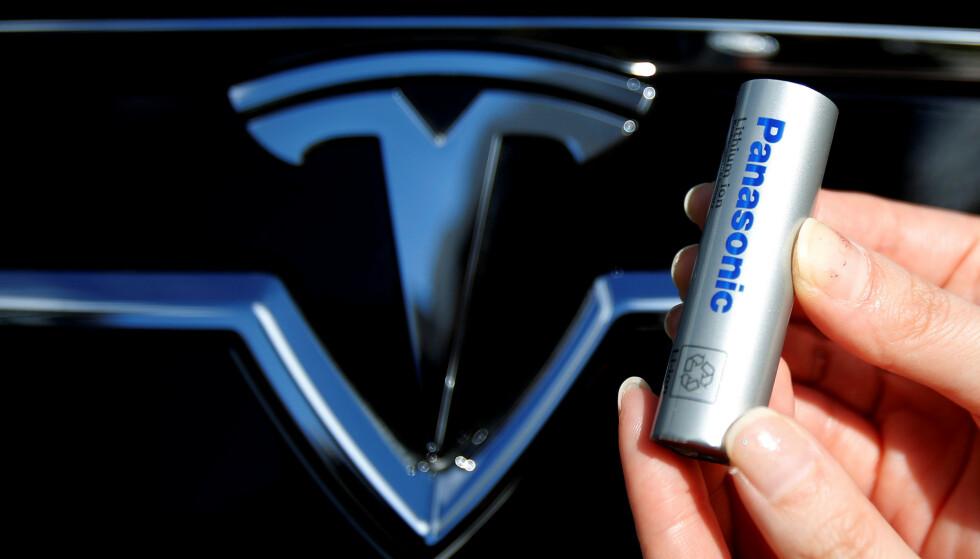 PRODUSERER LITIUM-ION-BATTERI: Panasonic er blant flere selskaper som har produsert litium ion-batteri for blant annet Tesla-biler. Foto: NTB/REUTERS