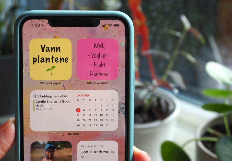DIGITALE KLISTRELAPPER: Med Sticky Widgets kan du ha Post-it-lapper på iPhone-hjemskjermen din. Foto: Kirsti Østvang
