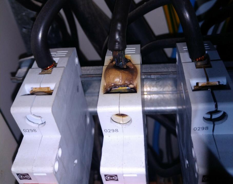 LIVSFARLIG OVERBELASTNING: Bildet viser en svidd sikring i en leilighet med dårlig kontakt. I verste fall kan dette føre til brann i det elektriske anlegget. Foto: Active Elektro AS