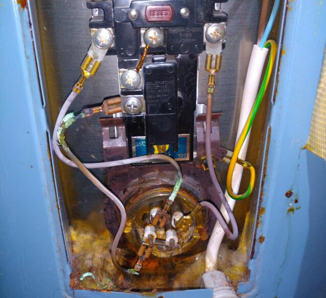 SVIDD: Bildet viser svidde tilkoblinger i varmtvannsbereder. Foto: Active Elektro AS.
