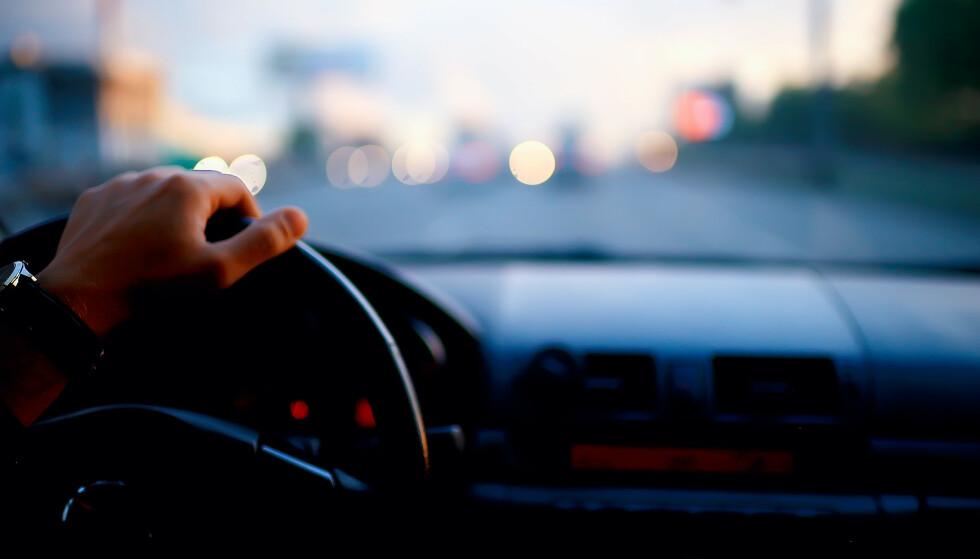 """""""LÅNER"""" BILEN: Politiet advarer om at ungdom låner foreldrenes bil nattestid, og legger ut videoer av kjøringen på sosiale medier. Foto: Shutterstock/NTB"""