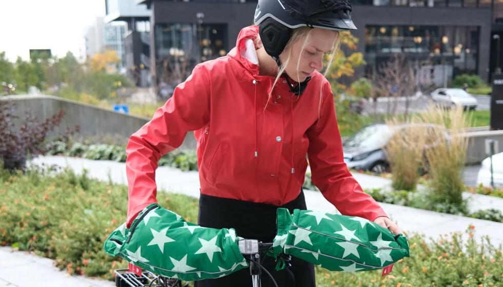 SYKKELBEKLEDNING: Du trenger kanskje ikke alt det kollega Eilin Lindvoll har på seg, men mye av det gjør høsten og vinteren på sykkelsetet mer levelig. Foto: Martin Kynningsrud Størbu