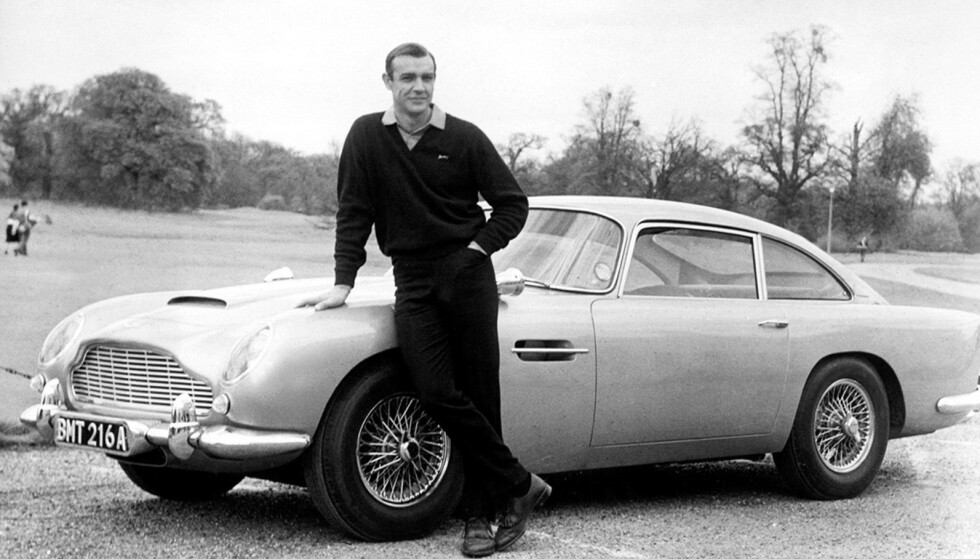 SEAN CONNERY FØRST: Sean Connery med Aston Martin DB 5 fra James Bond-filmen Goldfinger i 1964. Foto: Aston Martin