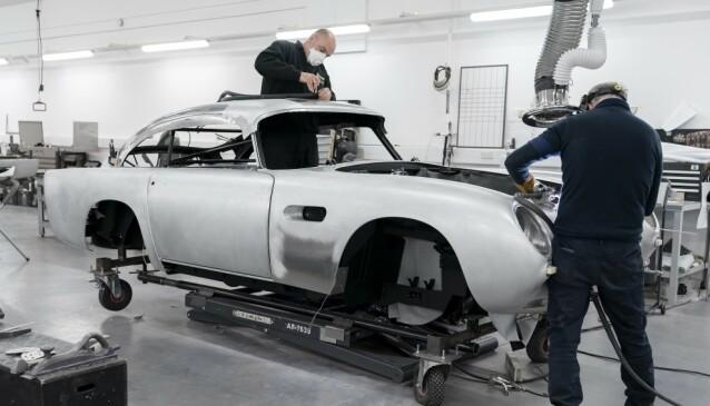 BRUKER 4.500 TIMER: Så lang tid bruker de ansatte på den gamle Aston Martin-fabrikken på å håndbygge en DB5 Goldfinger Continuation. Foto: Aston Martin
