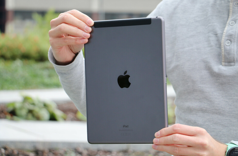 iPad er fortsatt laget i aluminium. 4G-modellen skiller seg ut ved at den har en sort stripe i toppen på baksiden.