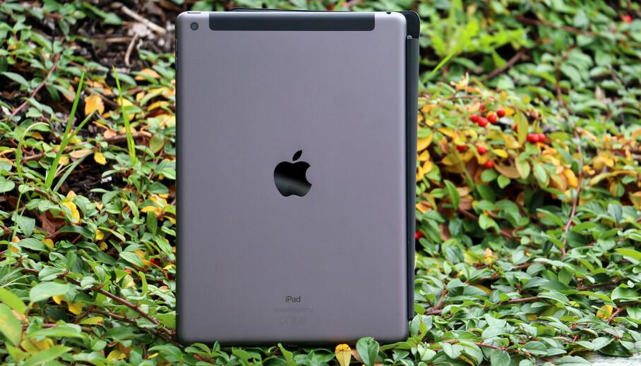 KJENT STIL: Apples nye iPad ser ut som den gamle. Faktisk er det meste likt. Det er ikke nødvendigvis en dårlig ting. Foto: Kirsti Østvang