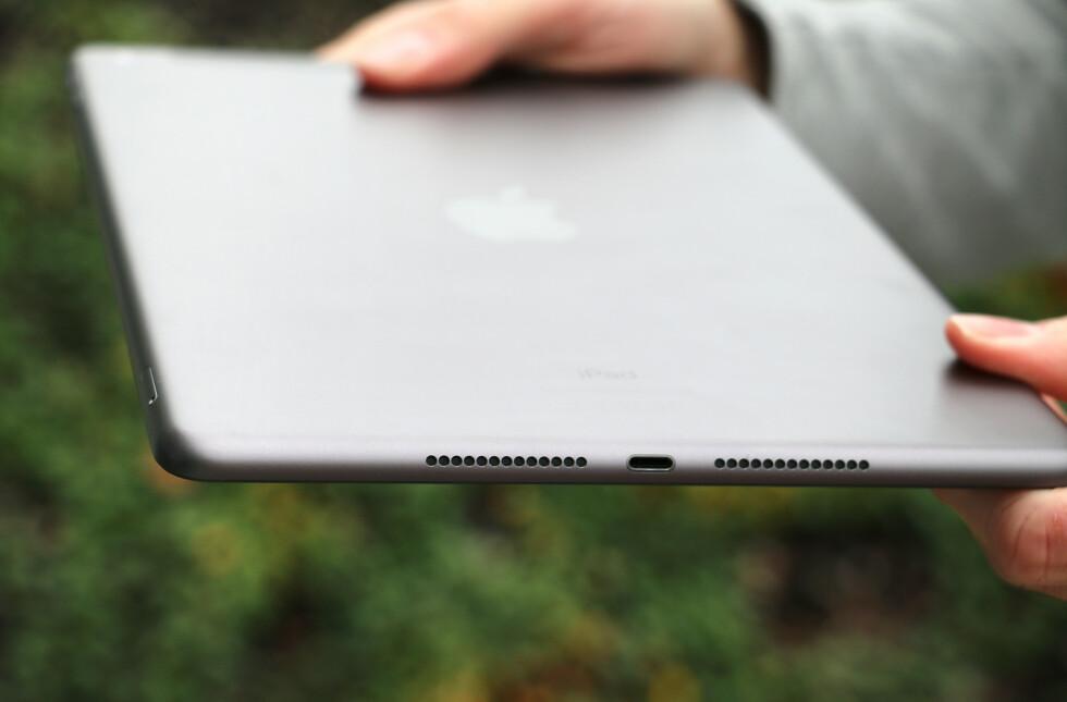 8. generasjons iPad har to høyttalere i bunnen. Lyden er relativt bra, men ikke bedre enn iPad Pro med sine fire stereohøyttalere. Samme sted finner vi også Lightning-kontakten.