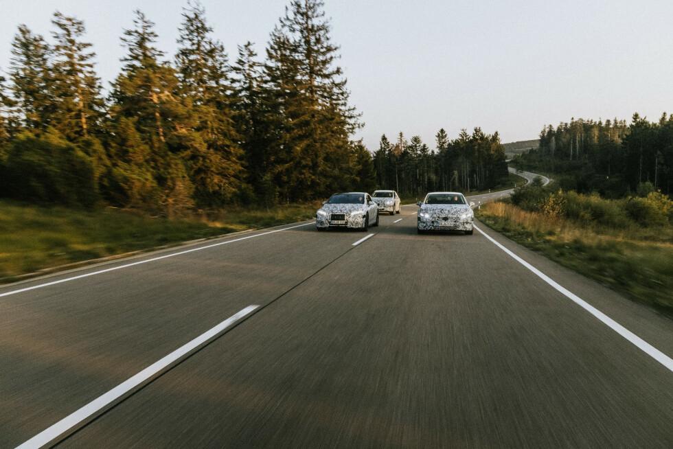 <strong>KOMMER SNART:</strong> Maskerte og nesten produksjonsklare Mercedes-Benz EQS SUV (2022), Mercedes-Benz EQS (2021) og Mercedes-Benz EQE (2021) ute på testkjøring og fotoshoot i Sør-Tyskland. Foto: Daimler