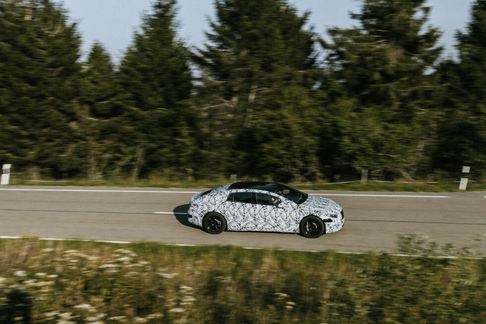 KOMMER SNART: Maskerte og nesten produksjonsklare Mercedes-Benz EQS SUV (2022), Mercedes-Benz EQS (2021) og Mercedes-Benz EQE (2021) ute på testkjøring og fotoshoot i Sør-Tyskland. Foto: Daimler
