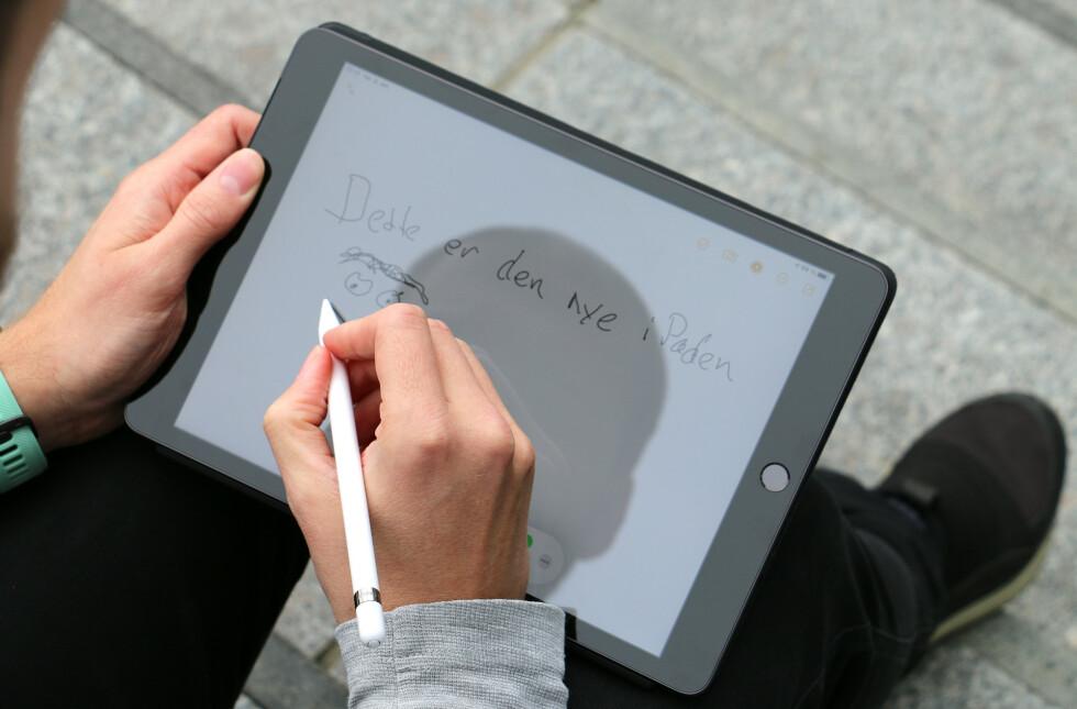 iPad støtter bare 1. generasjons Apple Pencil. Den er god å skrive og tegne med, men Apple Pencil 2 som fungerer med iPad Pro har både smartere trådløs lading og er enda mer presis igjen.