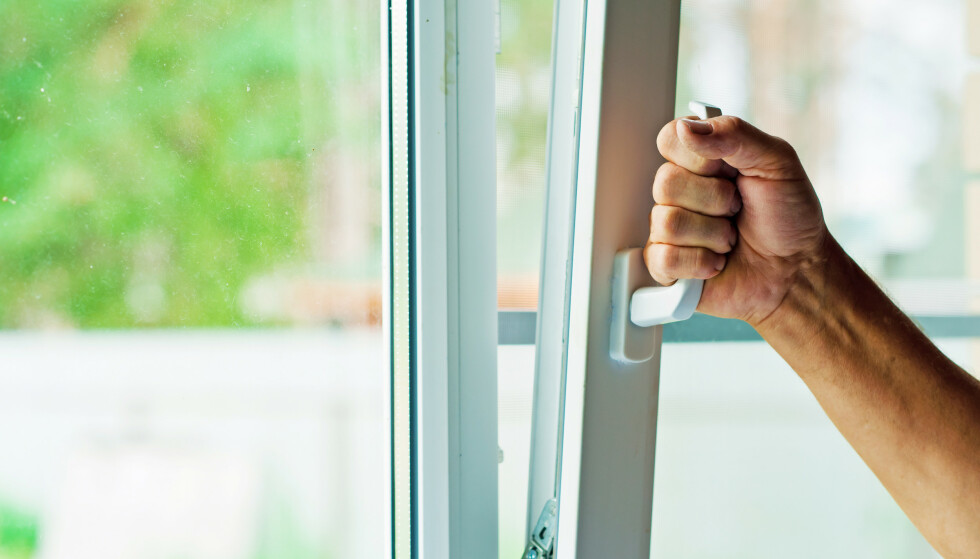 LUFTING: Dårlig ventilasjon og opphold i små rom kan bidra til aerosolsmitte. Nå anbefaler danske helsemyndigheter hyppig lufting. Foto: Shutterstock/NTB