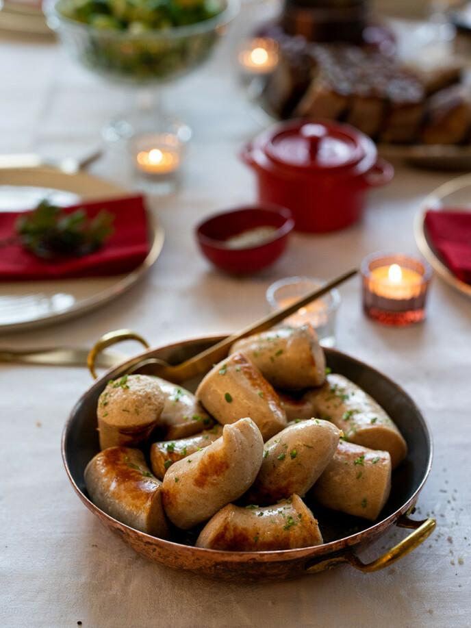 GODT TILBEHØR: Julepølse er et selvfølgelig tilbehør til julemiddagen, og årets julepølse er hentet hos Pers Kjøkken i Sandefjord.